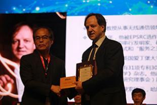 Professor Shuji Nakamura presenting Professor Harald Haas with his Award